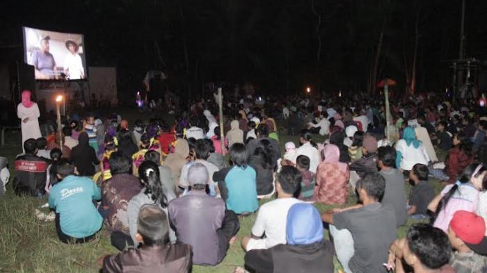 Warga Tonton Film Profil Desa Karangjati di Ajang Layar Tancap FFP 2015