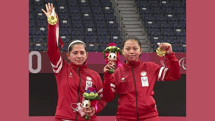 Khalimatus Sadiyah (21) di kanan dan <a href='https://pontianak.tribunnews.com/tag/leani-ratri-oktila' title='LeaniRatriOktila'>LeaniRatriOktila</a> (30) di kiri melambaikan tangan memperoleh medali emas di akhir upacara penyerahan medali emas Paralimpiade Tokyo, Sabtu (4/9/2021).