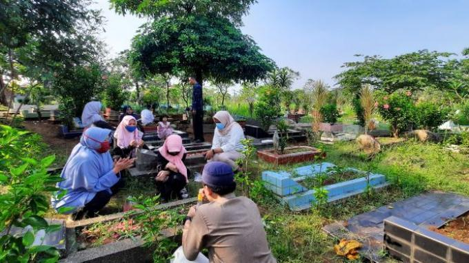 Usai Salat Idulfitri, Warga Berziarah ke Makam Keluarga di Cilodong Depok