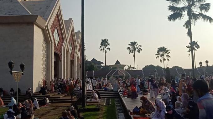 Suasana Salat Idul Fitri di Masjid Raya At-Tin, Jakarta Timur, Kamis (13/5/2021). Ada ribuan jemaah yang menunaikan ibadah salat Ied di Masjid At-Tin