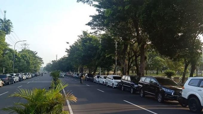 Puluhan Mobil JemaahSalat Ied di Masjid Agung At-Tin Diparkir di Jalan Raya Taman Mini