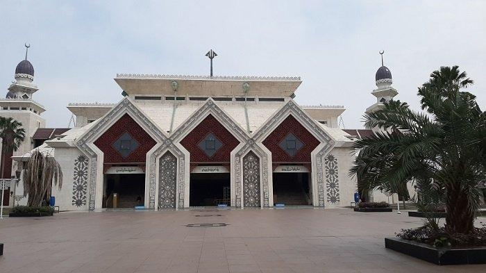 Suasana di Masjid Agung At-Tin, Jumat (5/6/2020). Masjid Agung At Tin gelar Salat Id dengan kapasitas 2 ribu jemaah.