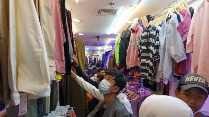 Thrifting Baju Lebaran Digemari Kalangan Anak Muda di Pasar Senen