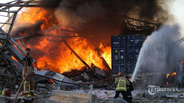 Petugas pemadam kebakaran berusaha memadamkan api menyusul terjadinya ledakan dahsyat di kawasan pelabuhan, di Kota Beirut, Lebanon, Selasa (4/8/2020) waktu setempat. Dua ledakan besar terjadi di Kota Beirut menyebabkan puluhan orang meninggal, ratusan lainnya luka-luka, dan menimbulkan berbagai kerusakan pada bangunan di kawasan ledakan hingga radius puluhan kilometer. Penyebab ledakan masih dalam penyelidikan pihak yang berwenang. AFP/STR