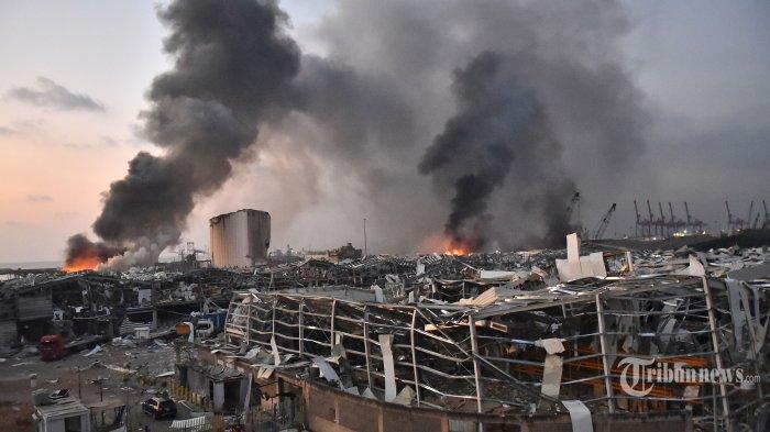 Pemandangan yang terlihat usai terjadinya ledakan dahsyat di kawasan pelabuhan, di Kota Beirut, Lebanon, Selasa (4/8/2020) waktu setempat. Dua ledakan besar terjadi di Kota Beirut menyebabkan puluhan orang meninggal, ratusan lainnya luka-luka, dan menimbulkan berbagai kerusakan pada bangunan di kawasan ledakan hingga radius puluhan kilometer. Penyebab ledakan masih dalam penyelidikan pihak yang berwenang. AFP/STR