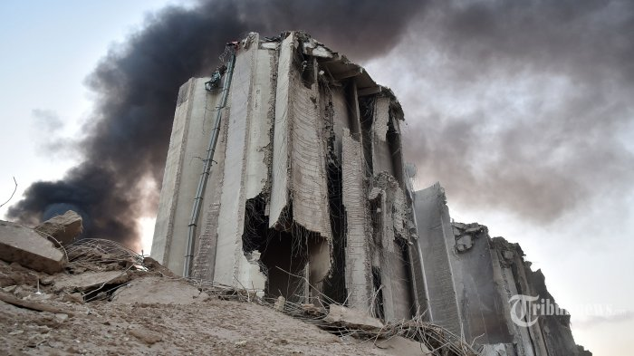 Sebuah bangunan hancur akibat ledakan dahsyat di kawasan pelabuhan, di Kota Beirut, Lebanon, Selasa (4/8/2020) waktu setempat. Dua ledakan besar terjadi di Kota Beirut menyebabkan puluhan orang meninggal, ratusan lainnya luka-luka, dan menimbulkan berbagai kerusakan pada bangunan di kawasan ledakan hingga radius puluhan kilometer. Penyebab ledakan masih dalam penyelidikan pihak yang berwenang. AFP/STR