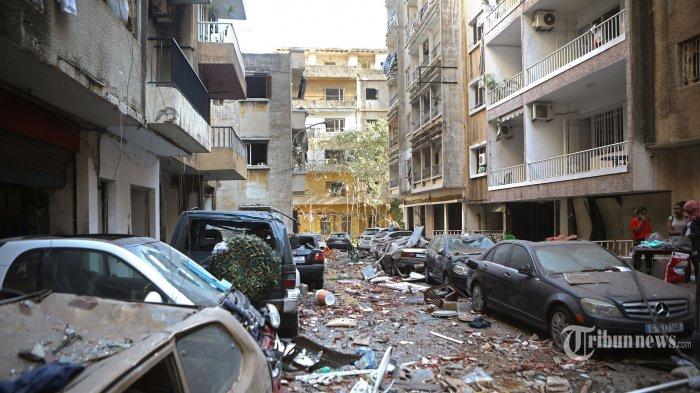 Sejumlah gedung, bangunan, dan kendaraan hancur berantakan terdampak ledakan dahsyat yang terjadi sehari sebelumnya di kawasan pelabuhan, di Kota Beirut, Lebanon, Rabu (5/8/2020) pagi waktu setempat. Dua ledakan besar terjadi di Kota Beirut menyebabkan puluhan orang meninggal, ribuan lainnya luka-luka, dan menimbulkan berbagai kerusakan pada bangunan di kawasan ledakan hingga radius puluhan kilometer. Penyebab ledakan masih dalam penyelidikan pihak yang berwenang. AFP/Patrick Baz
