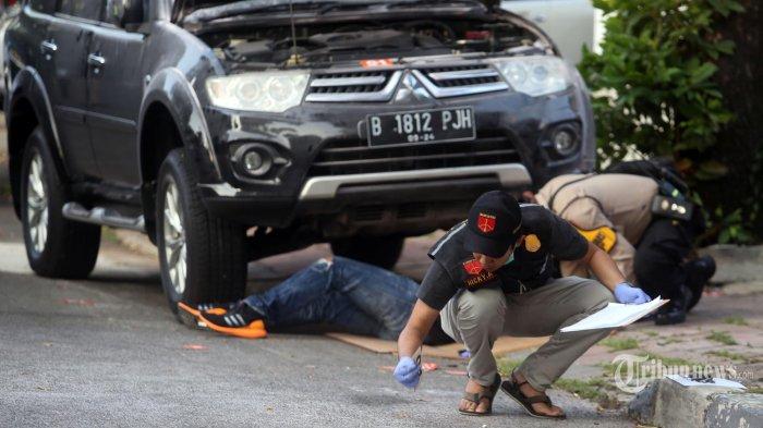 Petugas Polisi Indentifikasi melakukan penyisiran ditempat kejadian perkara ledakan di Jalan Yusuf Adiwinata, Menteng, Jakarta Pusat, Minggu (5/7/2020). Ledakan yang diduga berasal dari bom rakitan itu, meledak sekitar pukul 15.30 an. Sampe saat ini polisi masih melakukan penyisiran. (Warta Kota/Angga Bhagya Nugraha)