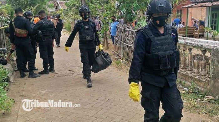 Tim Gegana Polda Jawa Timur saat melakukan penyisiran dan antisipasi ledakan susulan di Pasuruan