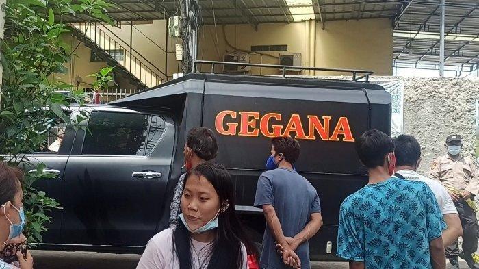 Kendaraan operasional Detasemen Gegana Satuan Brimob Polda Metro Jaya yang dikerahkan ke lokasi ledakan di Jalan D Teluk Gong, RT 10 RW 17 Kelurahan Pejagalan, Penjaringan, Jakarta Utara, Selasa (2/2/2021).
