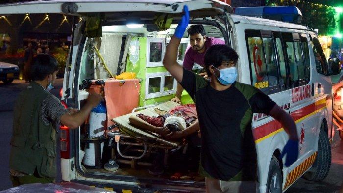 Staf medis membawa seorang pria yang terluka ke rumah sakit dengan ambulans setelah dua ledakan kuat, yang menewaskan sedikitnya enam orang, terjadi di luar bandara di Kabul pada 26 Agustus 2021.