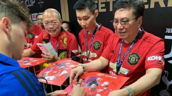 Momen saat Lee Chong Wei meminta tanda tangan Daniel James saat Manchester United tengah melakoni laga pra-musim di Singapura