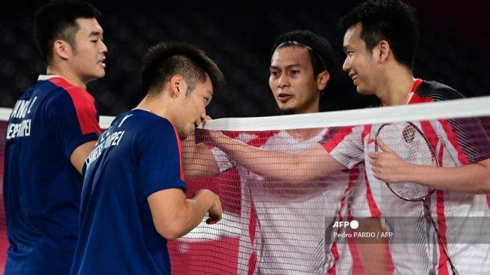Lee Yang (kedua dari kiri) dari Taiwan dan Wang Chi-lin (kiri) dari Taiwan menyambut pebulutangkis Indonesia Mohammad Ahsan (kedua dari kanan) dan Hendra Setiawan (kanan) dari Indonesia setelah memenangkan pertandingan semifinal bulu tangkis ganda putra pada Olimpiade Tokyo 2020 di Musashino Forest Sports Plaza di Tokyo pada 30 Juli 2021.