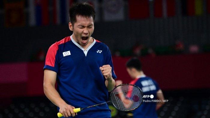 Lee Yang (kiri) dari Taiwan bereaksi setelah mendapatkan poin dari Wang Chi-lin Taiwan dalam pertandingan semifinal bulu tangkis ganda putra melawan Mohammad Ahsan dari Indonesia dan Hendra Setiawan dari Indonesia selama Olimpiade Tokyo 2020 di Musashino Forest Sports Plaza di Tokyo pada 30 Juli , 2021.