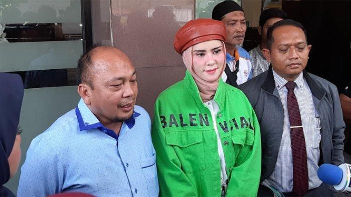 Angel Lelga tiba di Polres Metro Jakarta Selatan, Kebayoran Baru, Jakarta Selatan, Senin (9/12/2019) sekitar pukul 12.30 WIB.