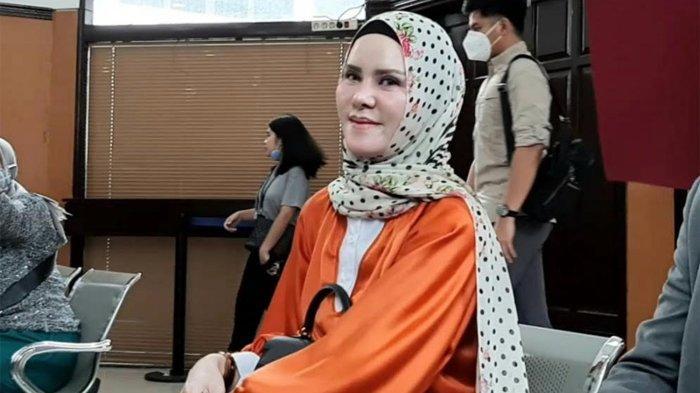 Angel Lelga menyaMbangi Pengadilan Negeri (PN) Jakarta Selatan, Jalan Ampera Raya, Pasar Minggu, Jakarta Selatan, Rabu (19/8/2020).