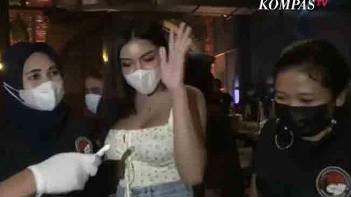 Detik-detik penangkapan Millen Cyrus karena dugaan penyalahgunaan narkoba di Kafe Brotherhood, Jakarta Selatan, Sabtu (27/2/2021).