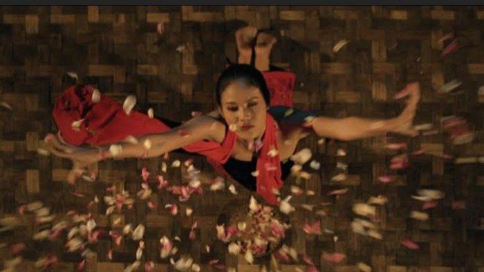 Della Dartyan berperan sebagai Sukma penari Lengger dalam Film Tarian Lengger Maut.