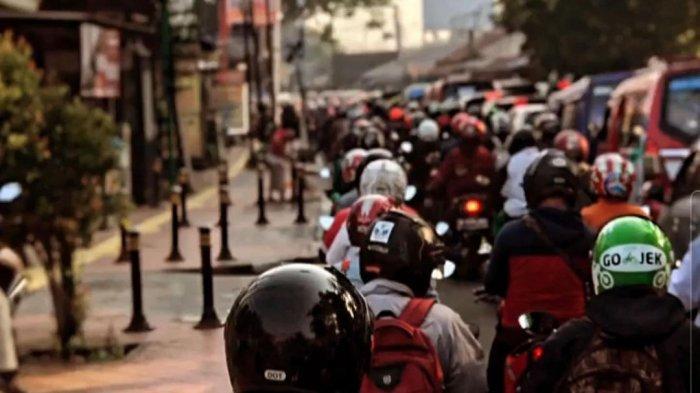 Kepadatan lalu lintas pagi ini di kawasan Jl Raya Lenteng Agung, Jakarta Selatan, akses dari Depok menuju Jakarta, Senin (5/7/2021).