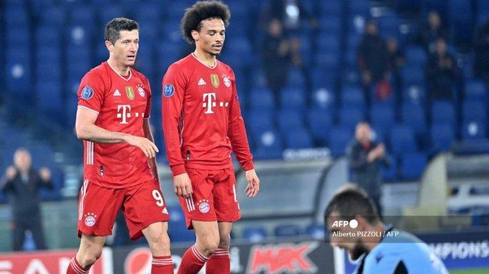 Gelandang Bayern Munich dari Jerman Leroy Sane (tengah) merayakan dengan penyerang Polandia Bayern Munich Robert Lewandowski (kiri) setelah mencetak gol ketiga selama pertandingan leg pertama babak 16 besar Liga Champions UEFA Lazio Roma vs Bayern Munich pada 23 Februari 2021 di Olimpiade stadion di Roma. Alberto PIZZOLI / AFP