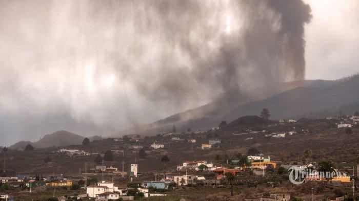 Gunung berapi yang meletus pada 19 September di pegunungan Cumbre Vieja, memuntahkan gas, abu, dan lava di atas lembah Aridane seperti yang terlihat dari Los Llanos de Aridane di Pulau Canary La Palma, pada 22 September 2021. - Tembok besar Lava cair yang mengalir menuruni lereng pulau La Palma di Spanyol telah menghancurkan 320 bangunan dan lebih dari 154 hektar tanah. Gunung berapi Cumbre Vieja, yang meletus pada 19 September 2021, melintasi punggung bukit di selatan La Palma, salah satu dari tujuh pulau yang membentuk Kepulauan Canary, kepulauan Atlantik Spanyol yang terletak di lepas pantai Maroko. AFP/DESIREE MARTIN