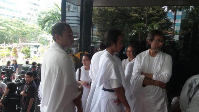 Lia Eden beserta pengikutnya mendatangi Gedung KPK, Senin (16/2/2015). Kedatangan mereka bertujuan untuk memberi dukungan terhadap KPK dalam upaya pemberantasan korupsi di Indonesia.