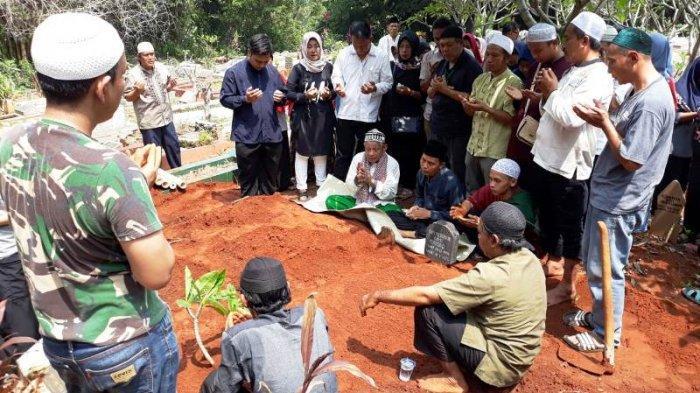 Dua jenazah korban tewas Bus pariwisata PO Purnamasari dimakamkan berdekatan di Tempat Pemakaman Umum (TPU) Kampung Lio, Pondok Terong, Depok, Jawa Barat, Minggu (19/1/2020).