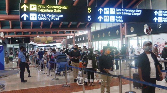 PADATI BANDARA - Ribuan calon penumpang memadati areal terminal 2 Bandara Soekarno Hatta, Tangerang, Rabu (28/10/2020). Warga bersiap menuju ke sejumlah daerah baik untuk liburan maupun mudik mengunjungi sanak keluarganya untuk mengisi masa liburan panjang seperti sekarang ini. WARTA KOTA/NUR ICHSAN