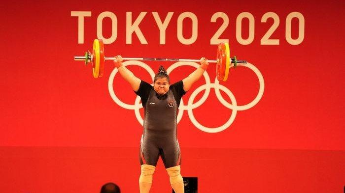 Lifter putri Indonesia, Nurul Akmal, berhasil mengangkat beban dengan sempurna pada Olimpiade Tokyo 2020 di Tokyo International Forum, Senin (2/8/2021).