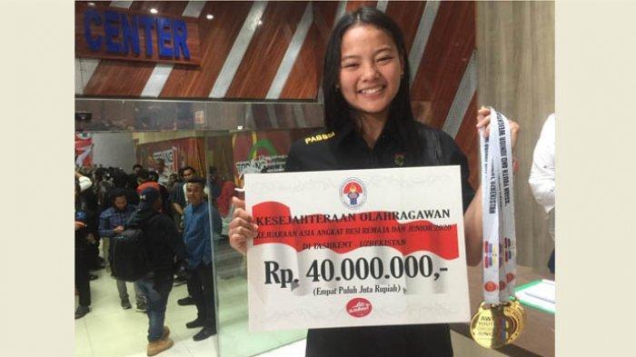 Lifter putri Indonesia, Windy Cantika Aisah saaat ditemui di Kemenpora usai mendapatkan bonus sebesar RP 40 juta, Jakarta, Kamis (20/2/2020).