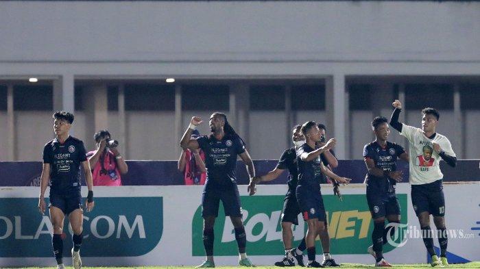 Pesepak bola Arema FC, Muhammad Rafli (kanan) bersama rekan setimnya merayakan gol yang dicetaknya ke gawang Persela Lamongan dalam laga lanjutan BRI Liga 1 2021-2022 di Stadion Madya Gelora Bung Karno, Senayan, Jakarta Pusat, Minggu (3/10/2021) malam. Dalam pertandingan tersebut, Arema FC mampu mengalahkan Persela Lamongan dengan skor 3-0 (3-0). TRIBUNNEWS/IRWAN RISMAWAN