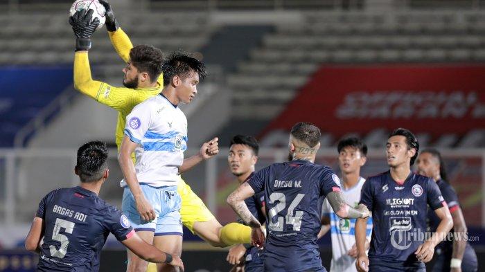 Pesepak bola Arema FC (jersey biru) berebut bola atas dengan pesepak bola Persela Lamongan (jersey putih) dalam laga lanjutan BRI Liga 1 2021-2022 di Stadion Madya Gelora Bung Karno, Senayan, Jakarta Pusat, Minggu (3/10/2021) malam. Dalam pertandingan tersebut, Arema FC mampu mengalahkan Persela Lamongan dengan skor 3-0 (3-0). TRIBUNNEWS/IRWAN RISMAWAN