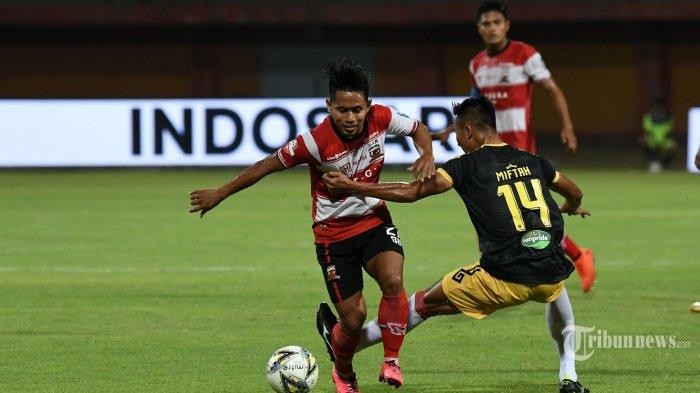 Pemain Madura United, Andik Vermansah (kiri) diadang pemain Badak Lampung FC, Miftah Anwar Sani dalam laga lanjutan Liga 1 2019 di Stadion Gelora Madura, Pamekasan, Jawa Timur, Sabtu (27/7/2019). Hasil akhir pertandingan, Madura United menang telak dengan skor 5-1. Surya/Sugiharto