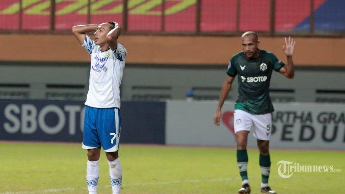 Ekspresi kekecewaan pesepak bola Persib Bandung, Beckham Putra (kiri) usai gagal memasukkan bola ke gawang Persikabo 1973 pada laga lanjutan BRI Liga 1 2021-2022 di Stadion Wibawa Mukti, Cikarang, Jawa Barat, Senin (27/9/2021) malam. Pertandingan berakhir imbang 0-0. Tribunnews/Irwan Rismawan