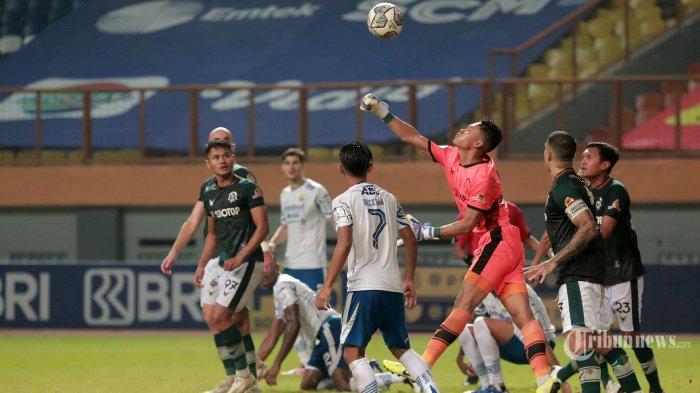 Pesepak bola Persib Bandung (putih biru) berebut bola dengan pesepak bola Persikabo 1973 (hijau putih) pada laga lanjutan BRI Liga 1 2021-2022 di Stadion Wibawa Mukti, Cikarang, Jawa Barat, Senin (27/9/2021) malam. Pertandingan berakhir imbang 0-0. Tribunnews/Irwan Rismawan