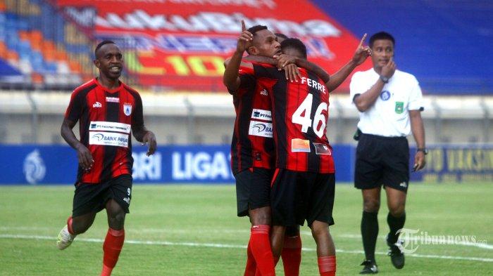 Pesepak bola Persipura Jayapura, Gunansar Mandowen (tengah) melakukan selebrasi bersama rekan-rekannya usai mencetak gol ke gawang Persiraja Banda Aceh pada laga lanjutan BRI Liga 1 2021-2022 di Stadion Si Jalak Harupat, Soreang, Kabupaten Bandung, Jawa Barat, Jumat (24/9/2021) sore. Hasil akhir dimenangkan Tim Mutiara Hitam dengan skor 1-2 (1-1). Tribun Jabar/Gani Kurniawan