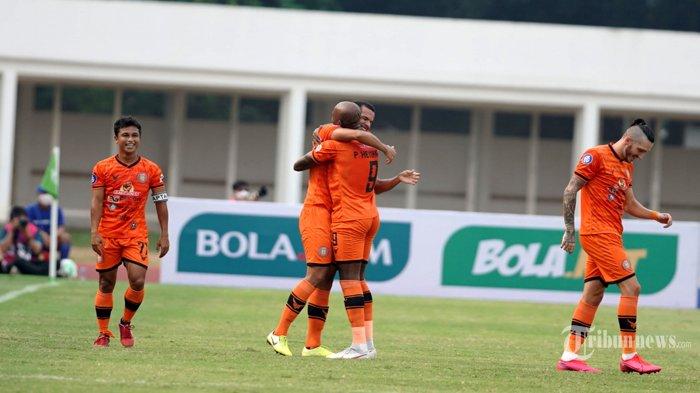 Pesepak bola Persiraja Banda Aceh, Leonardo Silva (kedua kiri) melakukan selebrasi bersama rekannya usai mencetak gol ke gawang PSS Sleman pada laga lanjutan BRI Liga 1 2021-2022 di Stadion Madya, Senayan, Jakarta Pusat, Sabtu (11/9/2021) sore. Pertandingan berakhir dengan skor 3-2 (1-1) untuk kemenangan Persiraja. Tribunnews/Herudin