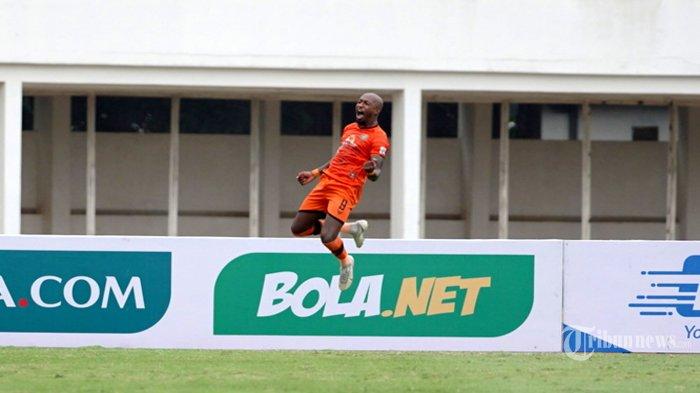 Pesepak bola Persiraja Banda Aceh, Paulo Henrique Santos de Azevedo melakukan selebrasi usai mencetak gol ke gawang PSS Sleman pada laga lanjutan BRI Liga 1 2021-2022 di Stadion Madya, Senayan, Jakarta Pusat, Sabtu (11/9/2021) sore. Pertandingan berakhir dengan skor 3-2 (1-1) untuk kemenangan Persiraja. Tribunnews/Herudin