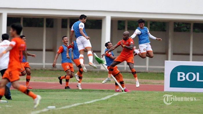 Pesepak bola Persiraja Banda Aceh, Paulo Henrique Santos de Azevedo (kedua kanan) melakukan selebrasi bersama rekan-rekannya usai mencetak gol ke gawang PSS Sleman pada laga lanjutan BRI Liga 1 2021-2022 di Stadion Madya, Senayan, Jakarta Pusat, Sabtu (11/9/2021) sore. Pertandingan berakhir dengan skor 3-2 (1-1) untuk kemenangan Persiraja. Tribunnews/Herudin