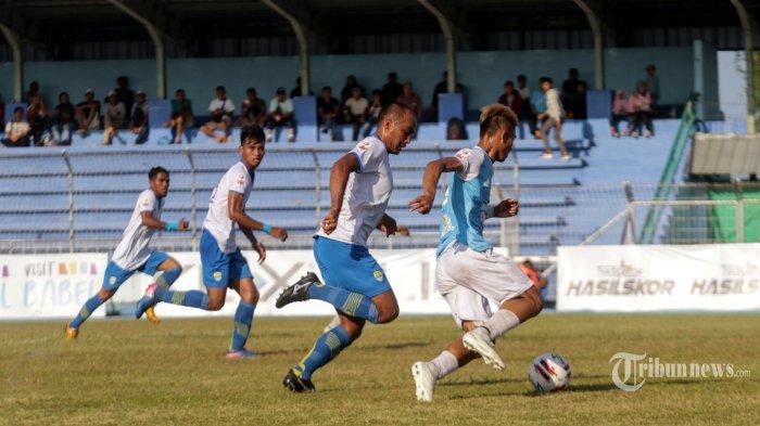 Pemain Aceh Babel United, Muhammad Irvan (kanan) dibayang-bayangi tiga pemain Blitar Bandung United dalam laga Liga 2 2019 di Stadion Depati Amir, Kota Pangkalpinang, Kepulauan Bangka Belitung, Sabtu (13/7/2019). Aceh Babel United berhasil memenangi pertandingan dengan skor 2-1. Bangka Pos/Resha Juhari