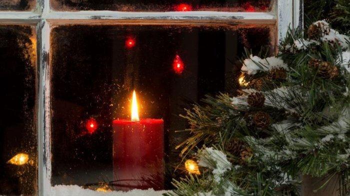 Lilin merah tradisi Natal di Irlandia.