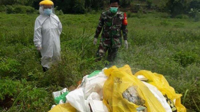 Sejumlah petugas memusnahkan limbah medis yang ditemukan di pinggir Jalan Raya Tenjo, Kampung Leuweng Gede, Desa Tenjo, Kecamatan Tenjo, Kabupaten Bogor, Jawa Barat pada Selasa (2/2/2021).