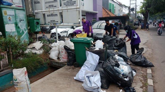 Sampah Limbah Medis Berserakan Pinggir Jalan di Kawasan Purwamekar Purwakarta