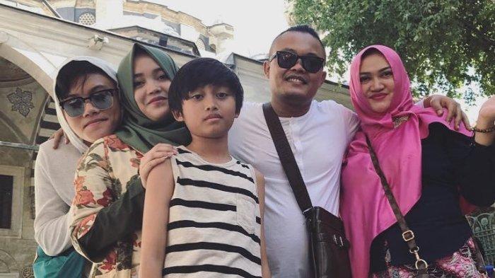 Keluarga Sule bersama Lina Zubaedah semasa hidup.