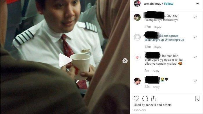 Viral di Medsos, Pramugara Lion Air Bantu Lansia di Pesawat, Lihat Ekspresinya saat Menyuapi