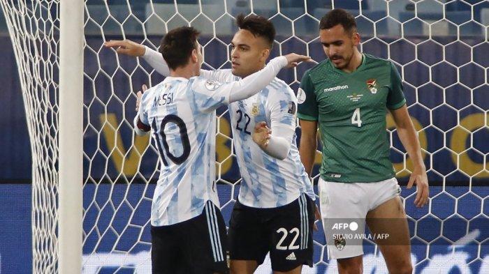 Pemain Argentina Lautaro Martinez melakukan selebrasi dengan pemain Argentina Lionel Messi setelah mencetak gol ke gawang Bolivia pada pertandingan fase grup turnamen sepak bola Conmebol Copa America 2021, di Stadion Arena Pantanal di Cuiaba, Brasil, pada 28 Juni 2021.