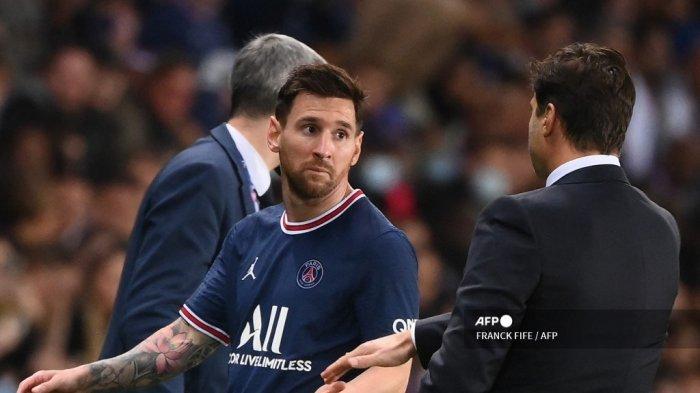 Penyerang Paris Saint-Germain Argentina Lionel Messi (kiri) memandang pelatih kepala Paris Saint-Germain asal Argentina Mauricio Pochettino saat ia meninggalkan lapangan selama pertandingan sepak bola L1 Prancis antara Paris-Saint Germain (PSG) dan Olympique Lyonnais di Stadion Parc des Princes di Paris pada 19 September 2021.