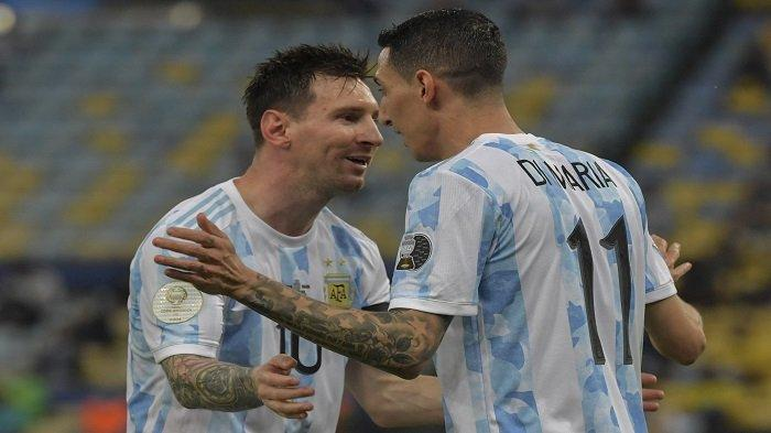 Angel Di Maria (kanan) dari Argentina merayakan dengan rekan setimnya Lionel Messi setelah mencetak gol ke gawang Brasil selama pertandingan final turnamen sepak bola Copa America Conmebol 2021 di Stadion Maracana di Rio de Janeiro, Brasil, pada 10 Juli 2021.