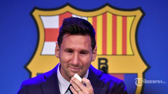 (MESSI MENANGIS) Pemain depan Barcelona Argentina Lionel Messi menyeka hidungnya saat ia tiba dengan air mata untuk mengadakan konferensi pers di stadion Camp Nou di Barcelona. Minggu (8/8/2021). Messi Pemenang Ballon d'Or enam kali  mengumumkan kepergiannya dari club Barcelona yang selama 20 Tahun dibelanya. (Pau BARRENA/AFP)
