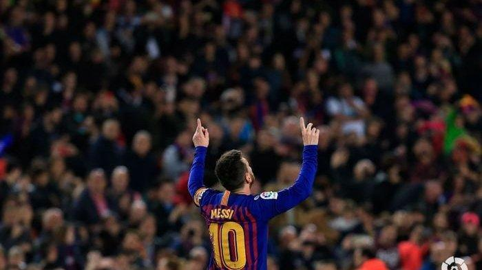 Striker Barcelona, Lionel Messi, merayakan gol yang ia cetak ke gawang Levante pada laga La Liga Spanyol, Minggu (28/4/2019), di Stadion Camp Nou.